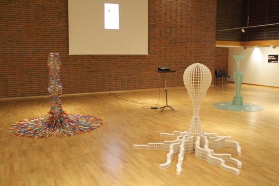 Skulpturer av Frank Åsnes og videoprojeksjon av Janni Kristoffersen